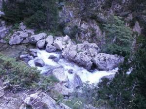 Cauce del río Caldarés, visto desde la senda de subida a los ibones de Bachimaña