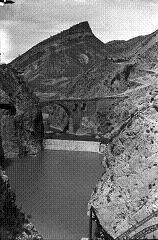 Antigua foto del puente del Diablo, sobre el río Cinca. Tozal de Monclús al fondo. Foto Museo de Bielsa