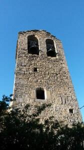 Frontal de la torre de la iglesia, con sus grandes campanas