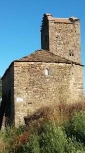Orante, vista del flanco occidental de la iglesia parroquial de Orante