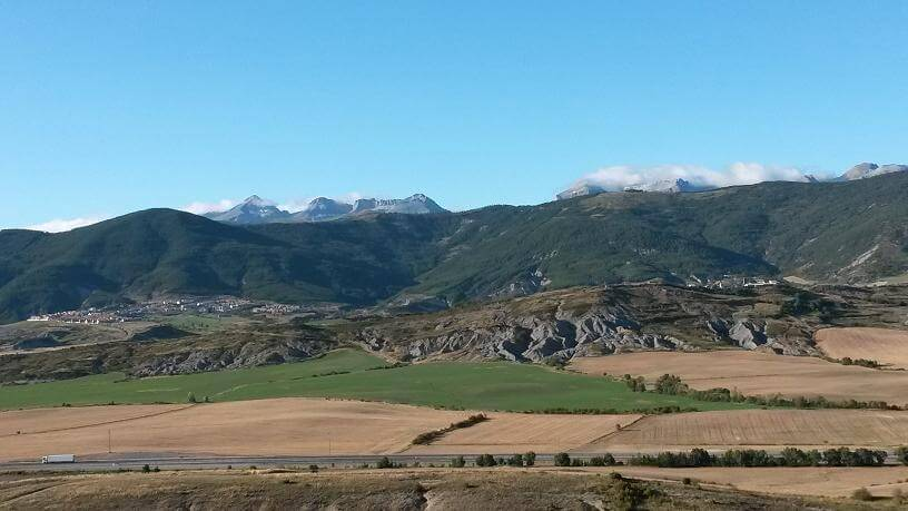 La Collarada como fondo, desde la ermita de San Benito de Orante.