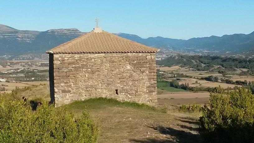 Pared occidental de la ermita, donde se halla la aspillera que conducía los rayos solares hacia su interior.