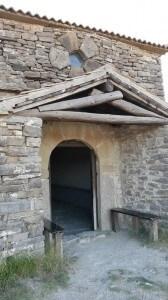 Portal de entrada de la ermita de San Benito. Justo encima de la cubierta del atrio, existe un curioso óculo pentagonal.