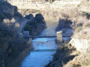 Angües. Pilastra antiguo puente de madera, justo delante de la estación de aforo