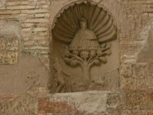 Cregenzán. Hornacina con la Virgen de El Pueyo y San Balandrán