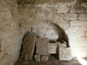 Arcosolio en el interior de la ermita de San Gregorio, con una tumba antropomorfa tallada en piedra y apoyándose las losas que la cubrían.
