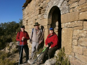 Descansando en la puerta de la ermita de San Gregorio