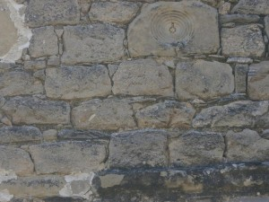 La Tobeña. Curiosa piedra insertada en una de las paredes del torreón defensivo