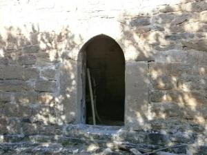 Puerta de entrada a la ermita de La Tobeña, con arco de medio punto y unas grandes piedras de modo a modo de jambas