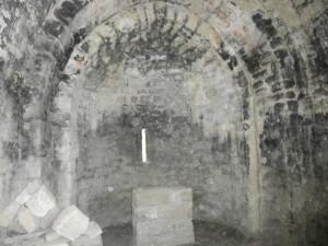 Interior de la ermita de La Tobeña. Con sus paredes ahumadas debido a las fogatas que hacían los carboneros en su interior para resguardarse de las bajas temperaturas.