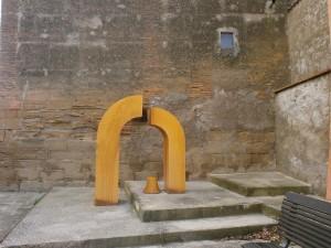 Loporzano. Una de las esculturas distribuidas por su casco urbano