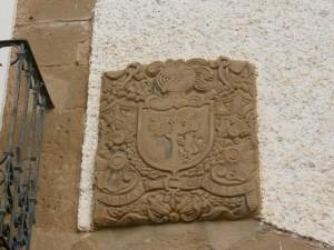 Ayera. Escudo heráldico en una de las fachadas
