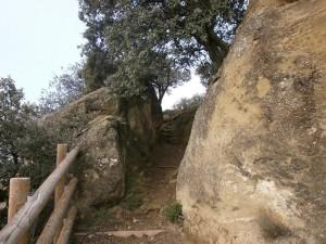 Ayera. Senda de subida a la ermita de San Esteban