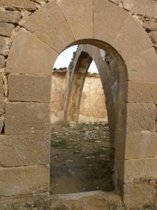 Ayera. Ermita de San Esteban. Puerta con arco de medio punto, con grandes piedras a modo de jambas y dovelas