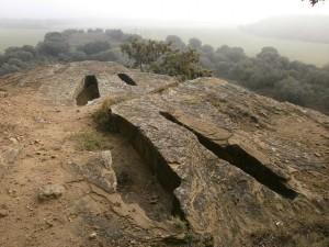 Ayera. Ermita de San Esteban. Tumbas antropomorfas de la necrópolis medieval que la rodea.