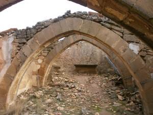 Ayera. Interior de la ermita de San Esteban en ruinas, cuyos apuntados arcos fajones todavía permanecen en pie