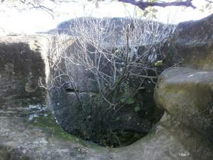 """Ayera. Antiguo algibe excavado, en """"Piedra de los Moros"""""""