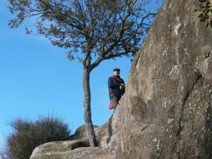 Ayera. Piedra de los Moros, subida a la zona de los silos