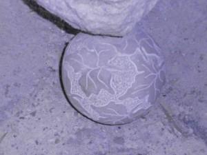 Una de las cuatro bolas decoradas, situadas en cada esquina de la base del altar