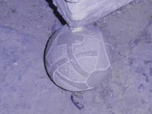 Otra de las cuatro bolas decoradas, situadas en cada una de las esquinas de la base del altar