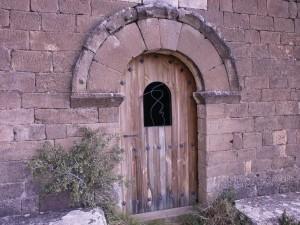 Ermita de Ntra. Sra. del Congost. Detalle de la puerta de entrada, con su arco de medio punto enmarcado por un Trasdós en el que destaca un relieve de bolas.
