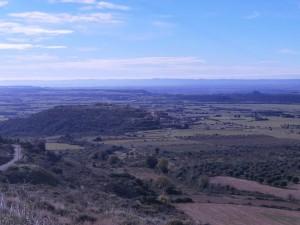 Una vista de Castilsabás, con el castillo de Montearagón como fondo