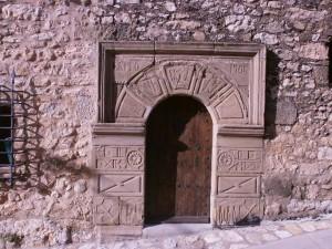 Santa Eulalia La Mayor. Arco de medio punto, enmarcado por una moldura a modo de dintel; las dovelas y las jambas se hallan gravadas