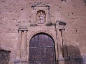Santa Eulalia La Mayor. Detalle de la puerta de entrada de su iglesia parroquial