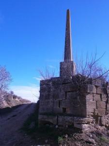 Cruz de término, llegando a Sasa del Abadiado, a la que le falta el remate y que está declarada BIC. Su estado de conservación, deplorable