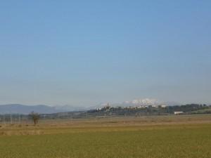 Camino de Pertusa, una vista de Barbuñales con los Pirineos como fondo