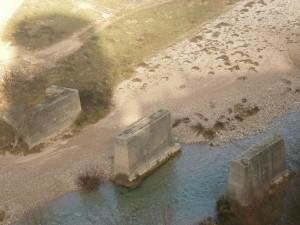 Pertusa. Antiguas pilastra de puente sobre el río Alcanadre