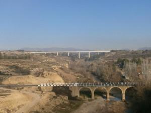 Pertusa. Puente nuevo en primer término, al fondo el acueducto del Canal del Cinca, sobre el río Alcanadre
