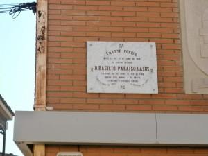 Laluenga. Placa conmemorativa a Basilio Paraíso