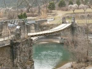 Santaliestra. Puente colgante sobre el río Ésera