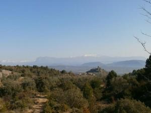 Una vista de Olsón, con Cotiella, Peña Montañesa y Monte Perdido como fondo