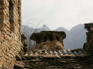 Pardinella. Original chimenea troncocónica, con la Sierra de Sis como fondo