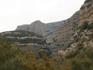 Vista de la ermita de San Cosme y San Damián a los pies de la pared rocosa