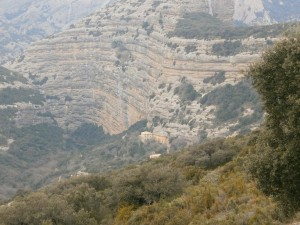Ermita de San Cosme y San Damián a los pies del impresionante farallón