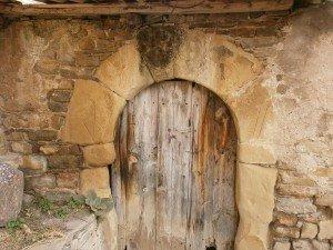 Pardinella. Antiguo portal, con el signo de la cruz protectora en una de sus dovelas superiores