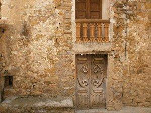 Pardinella. Antigua puerta y barandilla