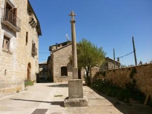 Escanilla. Crucero de piedra junto a la iglesia