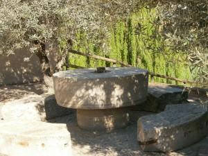 Salas Bajas. Piedras de molino en el antiguo torno