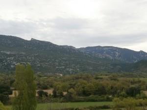 Las Almunias de Rodellar al fondo y la sierra de Balcez