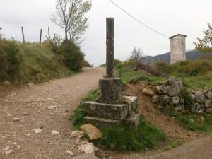 Merli. Crucero de piedra, con la columna rota