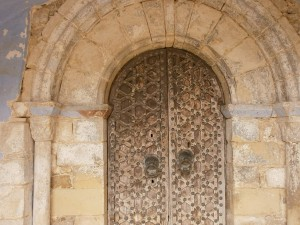Merli. Puerta de entrada a la iglesia parroquial