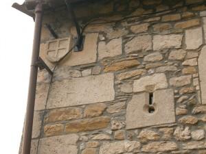Merli. Casa Turmo. Aspillera y escudo
