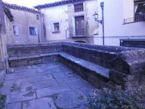 Sasa del Abadiado. Bancada de piedra, entrada iglesia Santa María