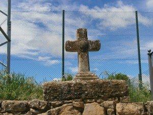 """Adahuesca. Cruz de piedra en el """"Vía Crucis"""""""