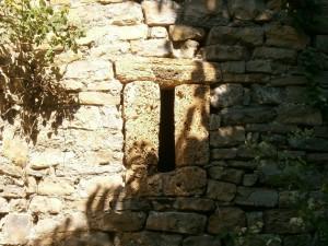 Esterún. Ventana de piedra tosca en la iglesia