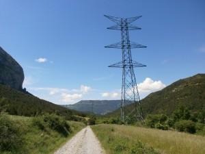 Llert. Torres eléctricas de la Aragón-Cazaril, que desentonan con el paisaje, y que su mejor destino sería el desmantelamiento.